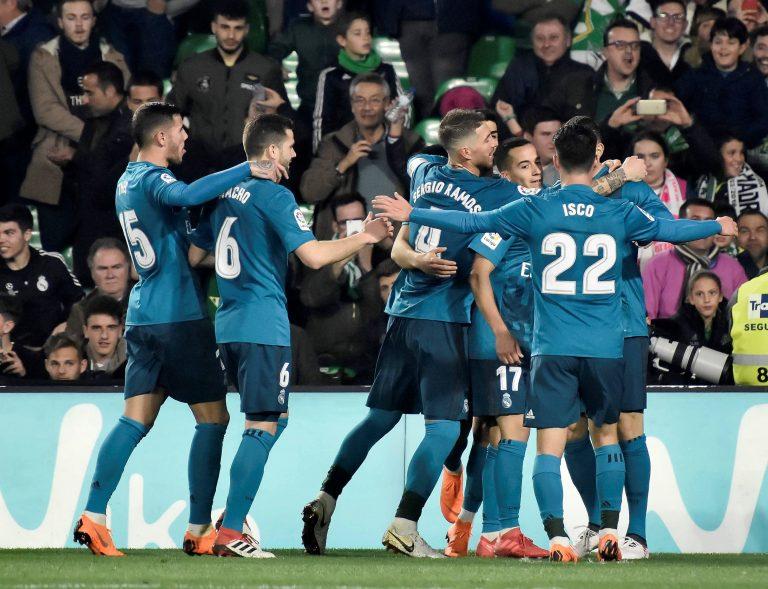 GRAF4539. SEVILLA, 18/02/2018.- Los jugadores del Real Madrid celebran el gol de Karim Benzema, quinto del equipo frente al Real Betis, durante el partido de Liga en Primera División, correspondiente a la vigésimo cuarta jornada, que se disputa hoy en el Benito Villamarín, en Sevilla. EFE/Raúl Caro.