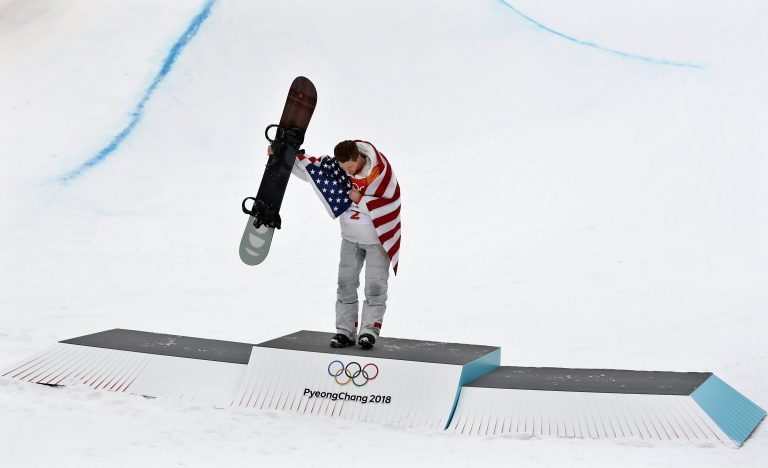 Bongpyeong-myeon (Korea, Republic Of), 14/02/2018.- Gold medal winner Shaun White of the USA during the venue ceremony for the Men's Snowboard Halfpipe Final at the Bokwang Phoenix Park during the PyeongChang 2018 Olympic Games, South Korea, 14 February 2018. (Fénix, Corea del Sur, Estados Unidos) EFE/EPA/SERGEI ILNITSKY