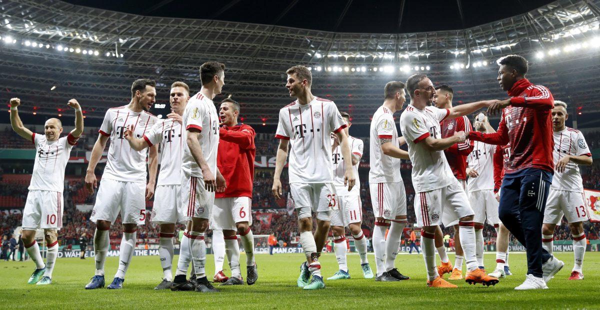 LEV80. LEVERKUSEN (ALEMANIA), 17/04/2018.- Jugadores de Bayern celebran hoy, martes 17 de abril de 2018, durante un partido de la semifinal de la Copa DFB alemana Cup entre Bayer Leverkusen y FC Bayern Muenchen en Leverkusen (Alemania). EFE/FRIEDEMANN VOGEL ATENCIÓN: La DFB prohíbe la utilización y publicación de secuencias de fotos en internet o demás medios en línea durante el partido (incluyendo el descanso). ATENCIÓN: PERÍODO DE BLOQUEO (EMBARGO) La DFB permite la utilización y publicación de fotografías para servicios móviles, especialmente MMS) y para DVB-H y DMB solo después de finalizado el encuentro.
