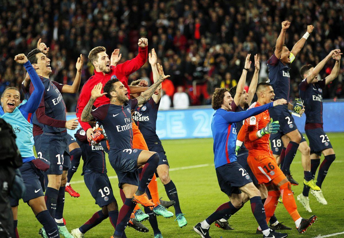 Paris (France), 15/04/2018.- Paris Saint-Germain players celebrate after the French Ligue 1 soccer match between Paris Saint-Germain and AS Monaco at the Parc des Princes stadium in Paris, France, 15 April 2018. (Francia) EFE/EPA/YOAN VALAT
