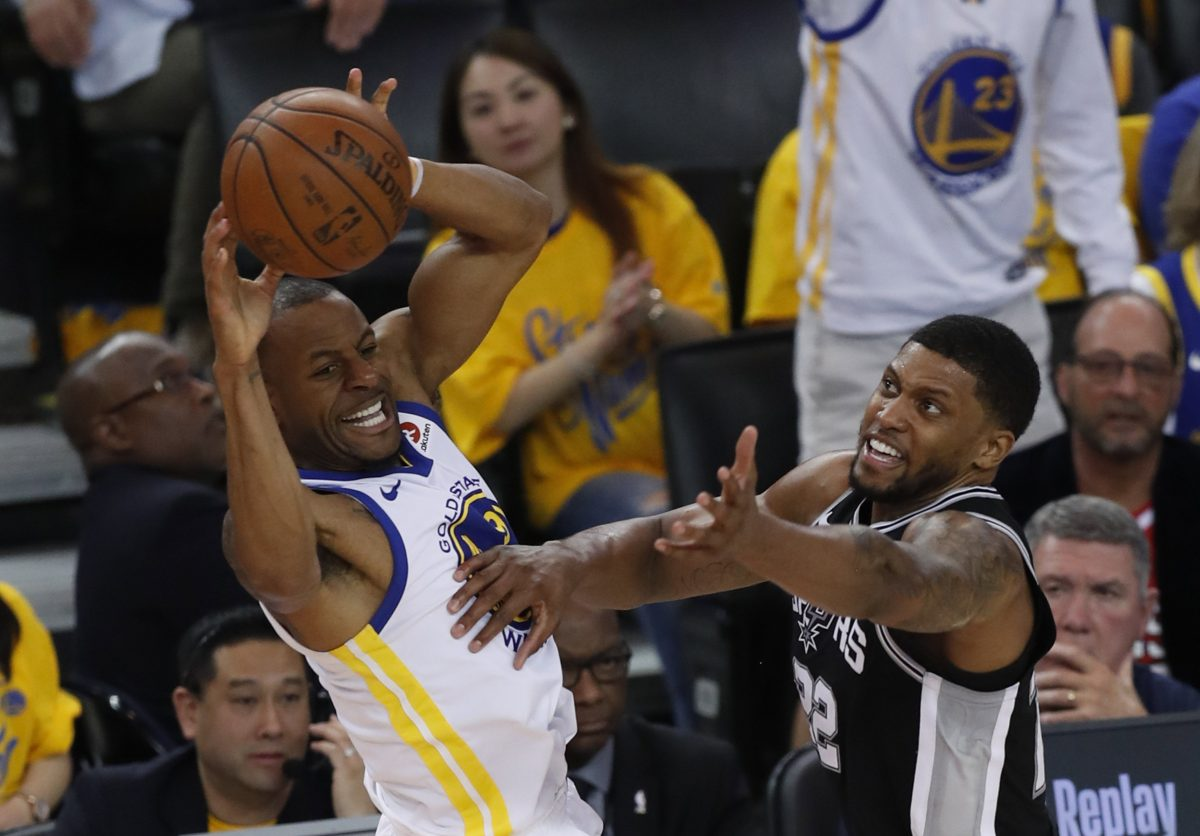 MMD13. Oakland (United States), 14/04/2018.- Golden State Warriors forward Andre Iguodala (L) looks to pass as San Antonio Spurs forward LaMarcus Aldridge (R) defends during the first half of the Western Conference first round Playoffs at Oracle Arena in Oakland, California, USA, 14 April 2018. (Baloncesto, Estados Unidos) EFE/EPA/JOHN G. MABANGLO SHUTTERSTOCK OUT