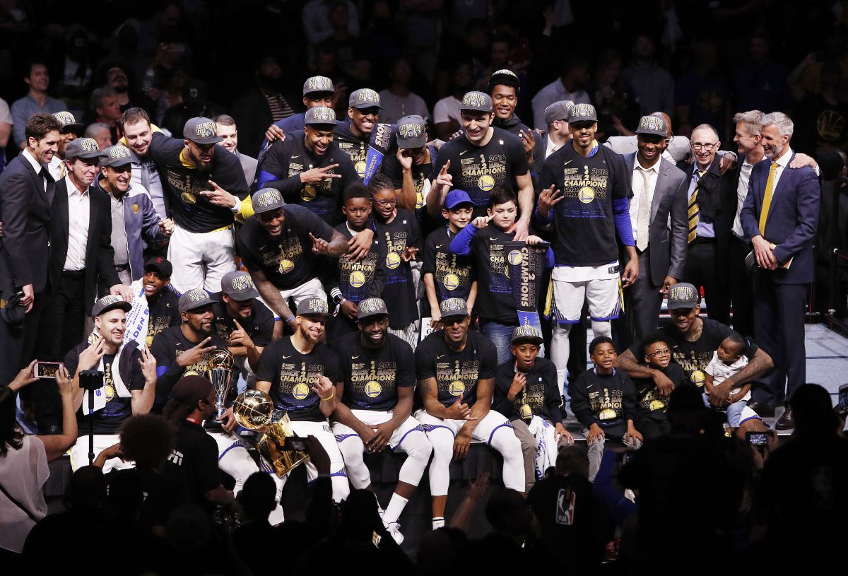 LWS119. Cleveland (United States), 08/06/2018.- Golden State Warriors players pose for pictures with the NBA Finals trophy after winning game four of the NBA Finals to be NBA Finals champions at Quicken Loans Arena in Cleveland, Ohio 08 June 2018. (Baloncesto, Estados Unidos) EFE/EPA/DAVID MAXWELL SHUTTERSTOCK OUT