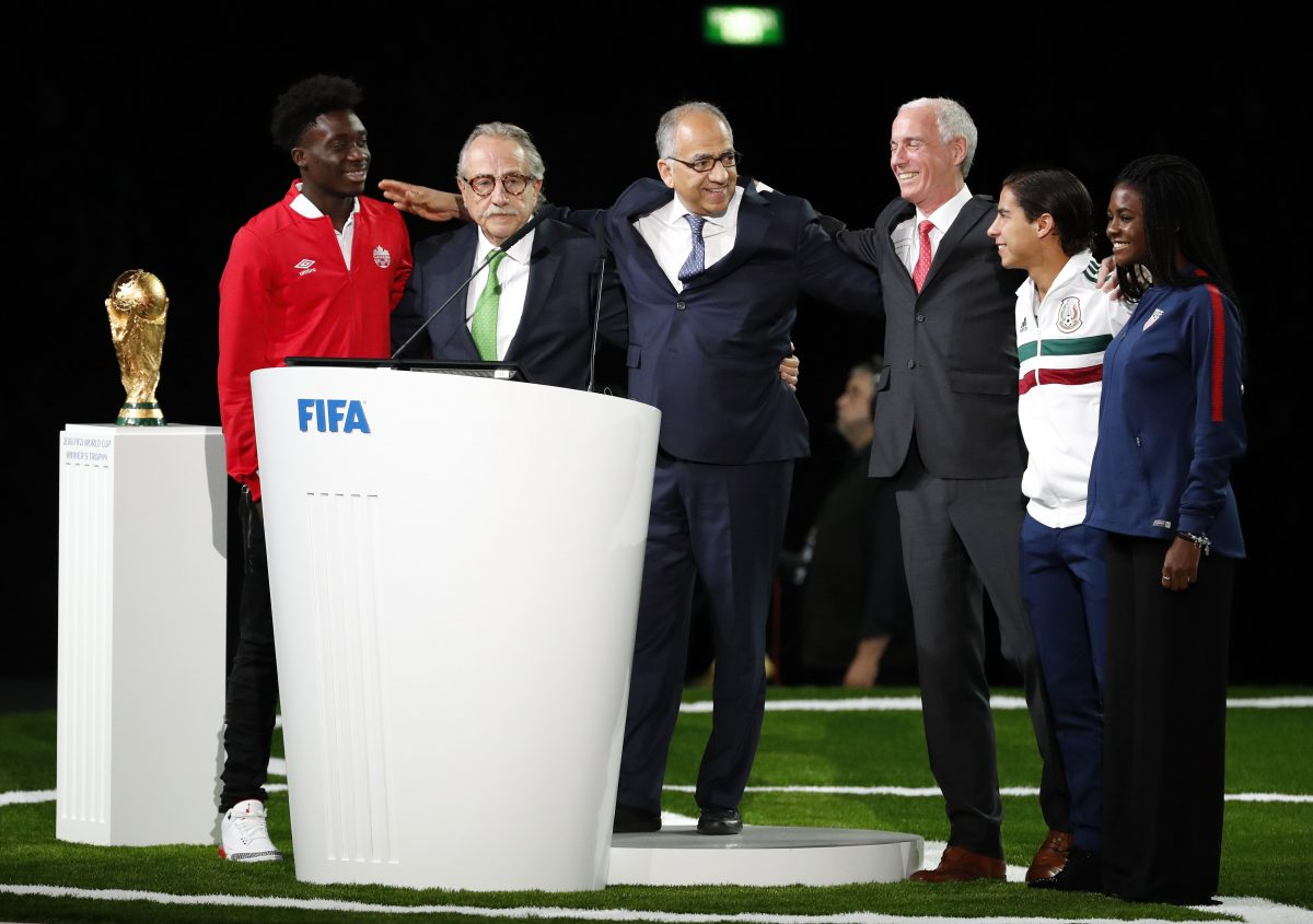 Moscow (Russian Federation), 13/06/2018.- (frm left) Canadian international player Alphonso Davis, Decio de Maria, president of the Mexican Football Federation, Carlos Cordeiro, president of the United States Soccer Federation, Steven Reed, president of the Canadian Soccer Association, Diego Lainez, member of the Mexico men's Under-21 team and Brianna Pinto, member of the US Under-20 women team pose after their presentation of the CanadañMexicoñUnited States 2026 FIFA World Cup bid at the 68th FIFA Congress in Moscow, Russia, 13 June 2018. (Mundial de Fútbol, Moscú, Rusia, Estados Unidos) EFE/EPA/SERGEI CHIRIKOV