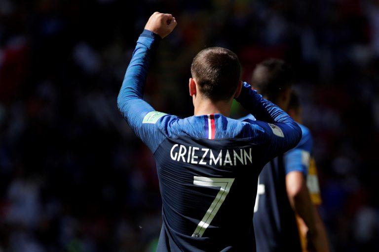 MUN06-61. KAZÁN (RUSIA), 16/06/2018.- El delantero francés Antoine Griezmann celebra tras marcar de penalti el 1-0 para su equipo, durante el partido Francia-Australia, del Grupo C del Mundial de Fútbol de Rusia 2018, en el Kazán Arena de Kazán, Rusia, hoy 16 de junio de 2018 (RUSSIA SOCCER FIFA WORLD CUP, France, Australia, Kazan). EFE/Julio Muñoz [ATENCIÓN EDITORES: Sólo Uso editorial. Prohibido su uso en referencia con entidad comercial alguna. Prohibido su uso en alertas, descargas o mensajería multimedia en móviles. Las imágenes deberán aparecer como fotografías congeladas y no podrán emular la acción del juego mediante secuencias o fotomontajes. Ninguna imagen publicada podrá ser alterada, mediante texto o imagen superpuesta, en el caso de que (a) intencionalmente oculte o elimine el logotipo de un patrocinador o (b) añada y/o cubra la identificación comercial de terceras partes que no esté oficialmente asociada con la Copa Mundial de la FIFA.]