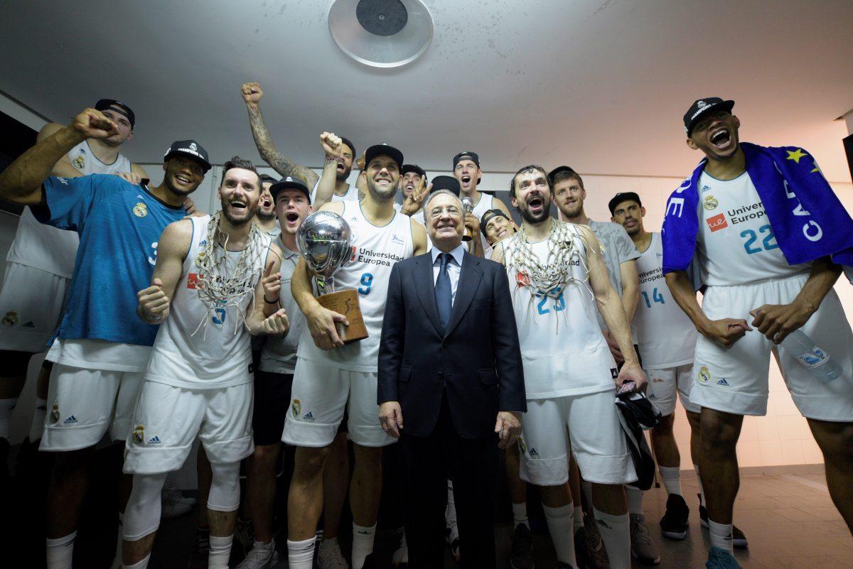 GRAF3657. Vitoria, 19/06/2018. El presidente del Real Madrid Florentino Pérez celebra con los jugadores blancos la consecución del titulo de Liga ACB tras derrotar al Baskonia Kirolbet en el cuarto partido del Play Off jugado esta noche en el Fernando Buesa de Vitoria . EFE/ADRIÁN RUIZ DE HIERRO.