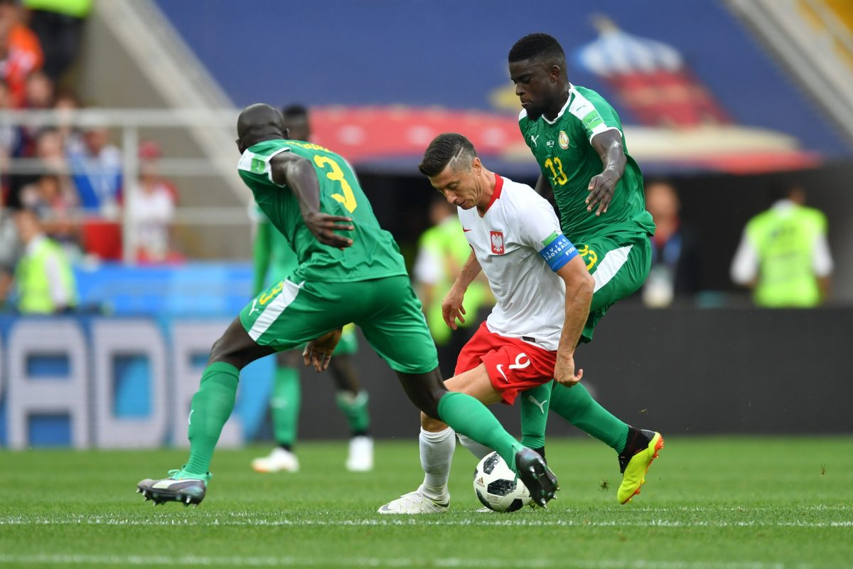 Moscow (Russian Federation), 19/06/2018.- Robert Lewandowski (C) of Poland in action against Kalidou Koulibaly (L) and Alfred Ndiaye (R) of Senegal during the FIFA World Cup 2018 group H preliminary round soccer match between Poland and Senegal in Moscow, Russia, 19 June 2018.  (RESTRICTIONS APPLY: Editorial Use Only, not used in association with any commercial entity - Images must not be used in any form of alert service or push service of any kind including via mobile alert services, downloads to mobile devices or MMS messaging - Images must appear as still images and must not emulate match action video footage - No alteration is made to, and no text or image is superimposed over, any published image which: (a) intentionally obscures or removes a sponsor identification image; or (b) adds or overlays the commercial identification of any third party which is not officially associated with the FIFA World Cup) (Mundial de Fútbol, Polonia, Moscú, Rusia) EFE/EPA/BARTLOMIEJ ZBOROWSKI POLAND OUT EDITORIAL USE ONLY EDITORIAL USE ONLY