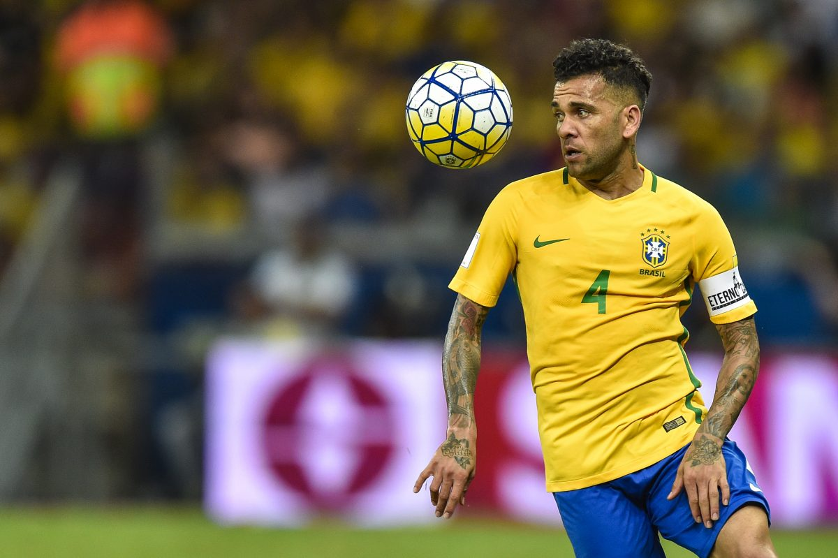 BELO HORIZONTE, BRAZIL - NOVEMBER 10: Dani Alves #4 of Brazil controls the ball during a match between Brazil and Argentina as part 2018 FIFA World Cup Russia Qualifier at Mineirao stadium on November 10, 2016 in Belo Horizonte, Brazil. (Photo by Pedro Vilela/Getty Images)