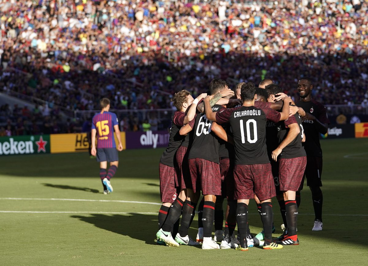 JGM05. Santa Clara (United States), 05/08/2018.- A.C. Milan forward Andre Silva (C-L) is greeted by teammates after scoring the winning goal during the International Champions Cup match between A.C. Milan and FC Barcelona at the Levi's Stadium in Santa Clara, California, USA, 04 August 2018. (Estados Unidos) EFE/EPA/JOHN G. MABANGLO