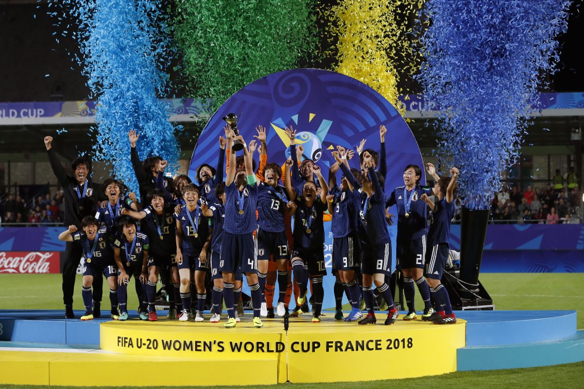 EL062. Vannes (France), 24/08/2018.- Japan teammates celebrate their victory over Spain with the cup during the FIFA Under-20 Women's World Cup 2018 final between Spain and Japan at the Rabine Stadium in Vannes, France, 24 August 2018. (Mundial de Fútbol, Francia, Japón, España) EFE/EPA/IAN LANGSDON