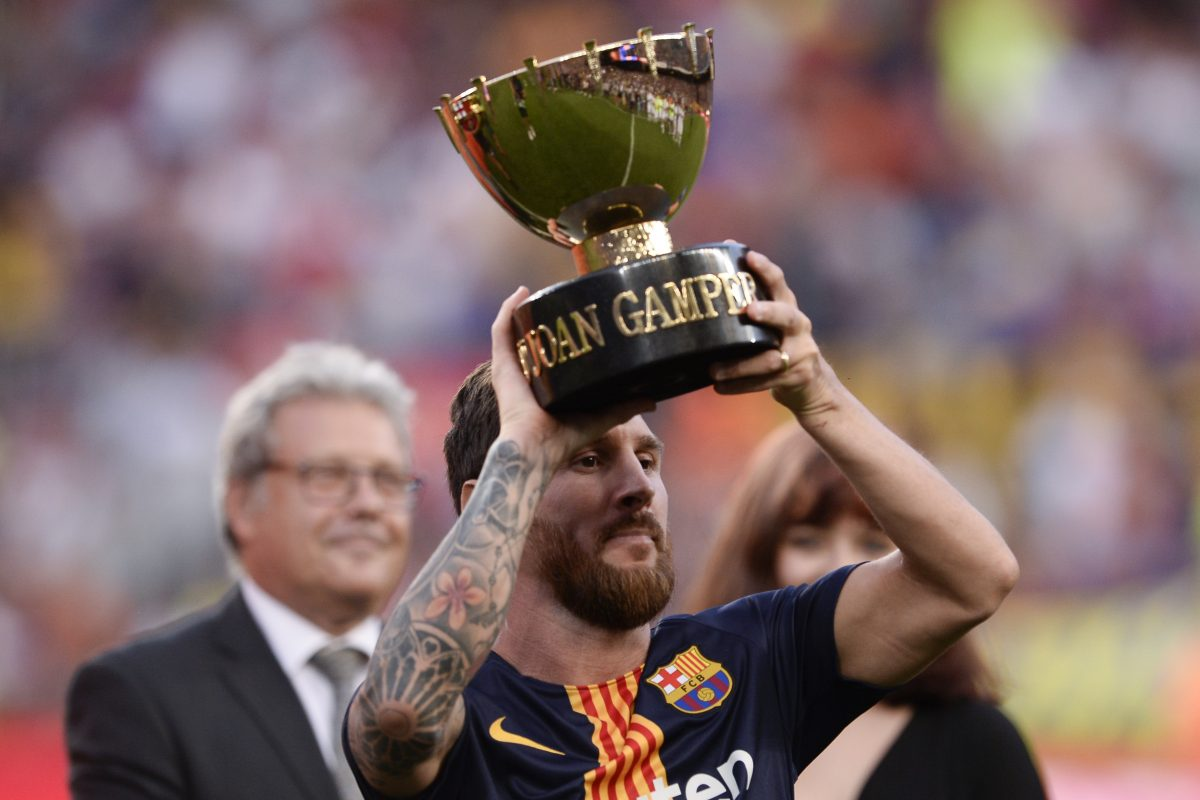 Barcelona's Argentinian forward Lionel Messi raises the trophy at the end of the 53rd Joan Gamper Trophy friendly football match between Barcelona and Boca Juniors at the Camp Nou stadium in Barcelona on August 15, 2018.  / AFP PHOTO / Josep LAGO