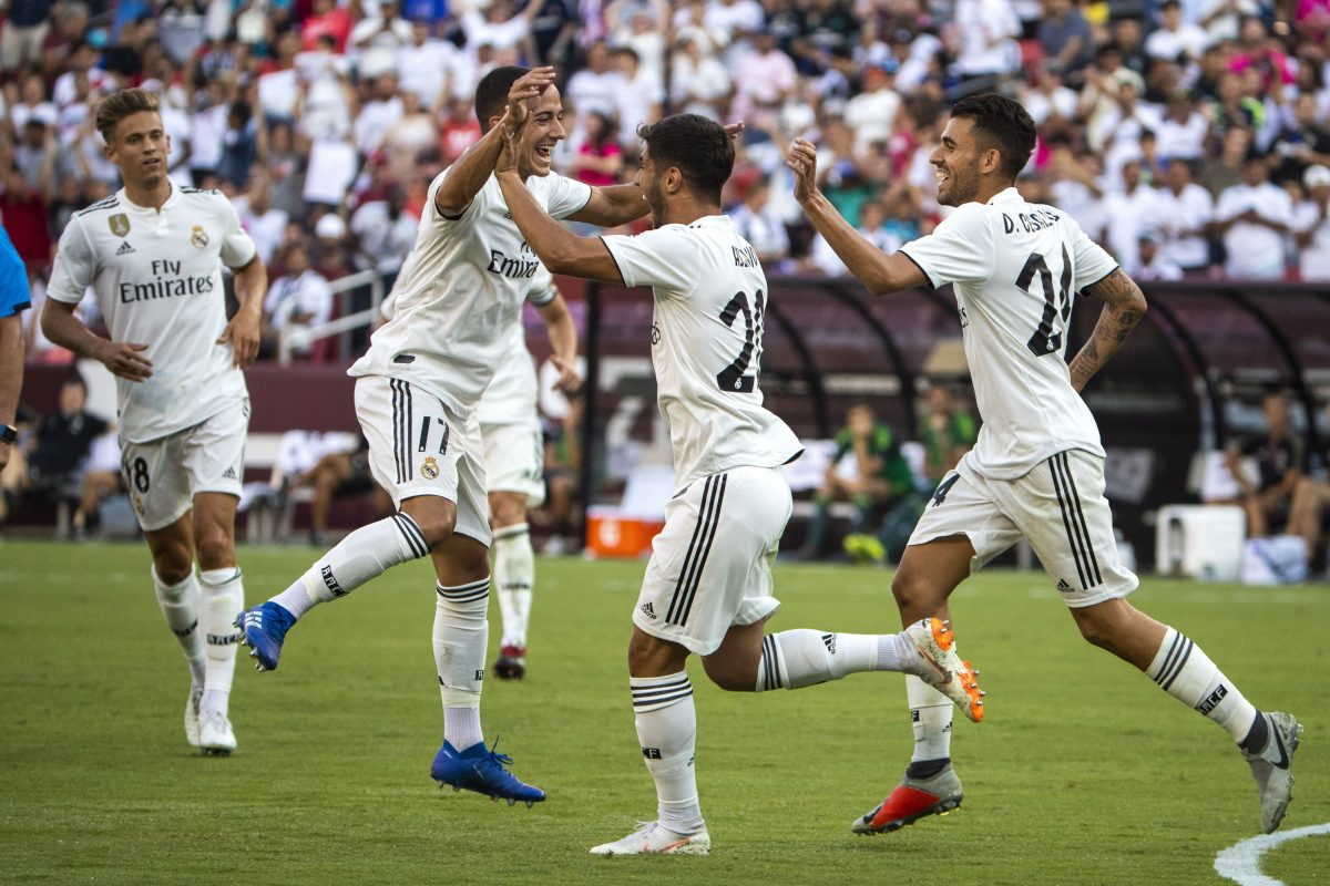 JJL01. Landover (United States), 04/08/2018.- Real Madrid forward Lucas Vazquez (C-L) congratulates Real Madrid midfielder Marco Asensio (C-R) after Asensio scored a goal against Juventus during the second half of the International Champions Cup soccer match between Real Madrid and Juventus at FedExField in Landover, Maryland, USA, 04 August 2018. (Estados Unidos) EFE/EPA/JIM LO SCALZO