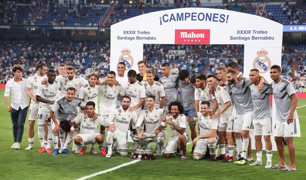 GRAF4812. MADRID, 11/08/2018.- Los juagdores del Real Madrid posan con la copa tras vencer al Milan por 3-1 en el partido, correspondiente al trofeo Santiago Bernabéu, que se jugó esta noche en el estadio Santiago Bernabéu, en Madrid. EFE/Javier López