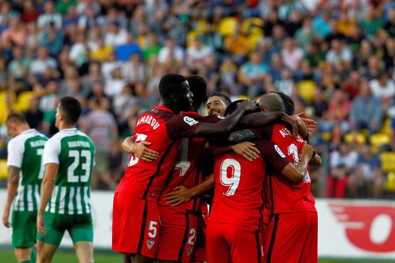EPA4702. VILNA (LITUANIA), 16/08/2018.- Los futbolistas del Sevilla celebran el gol marcado al Zalgiris durante su partido de vuelta de la tercera ronda clasificatoria de la Liga Europa de fútbol en Vilna (Lituania) hoy, 16 de agosto de 2018. EFE/ Valda Kalnina