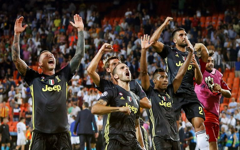 GRAF7018. VALENCIA, 19/09/2018.- Los jugadores de la Juventus celebran la victoria ante el Valencia, al término del primer partido de la fase de grupos de la Liga de Campeones disputado esta noche en el estadio de Mestalla. EFE/Kai Försterling