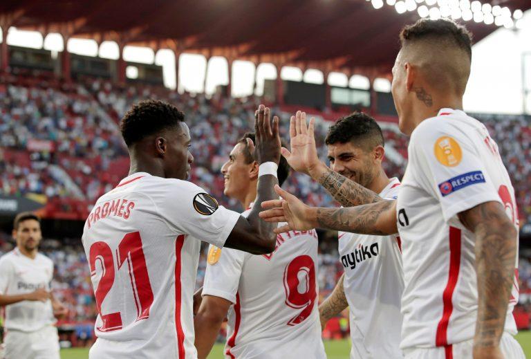 GRAF7749. SEVILLA, 20/09/2018.- Los jugadores del Sevilla celebran el gol anotado ante el Standard de Lieja, durante el primer partido de la fase de grupos de la Liga Europa que disputan esta noche en el estadio Sánchez Pizjuán. EFE/Julio Muñoz