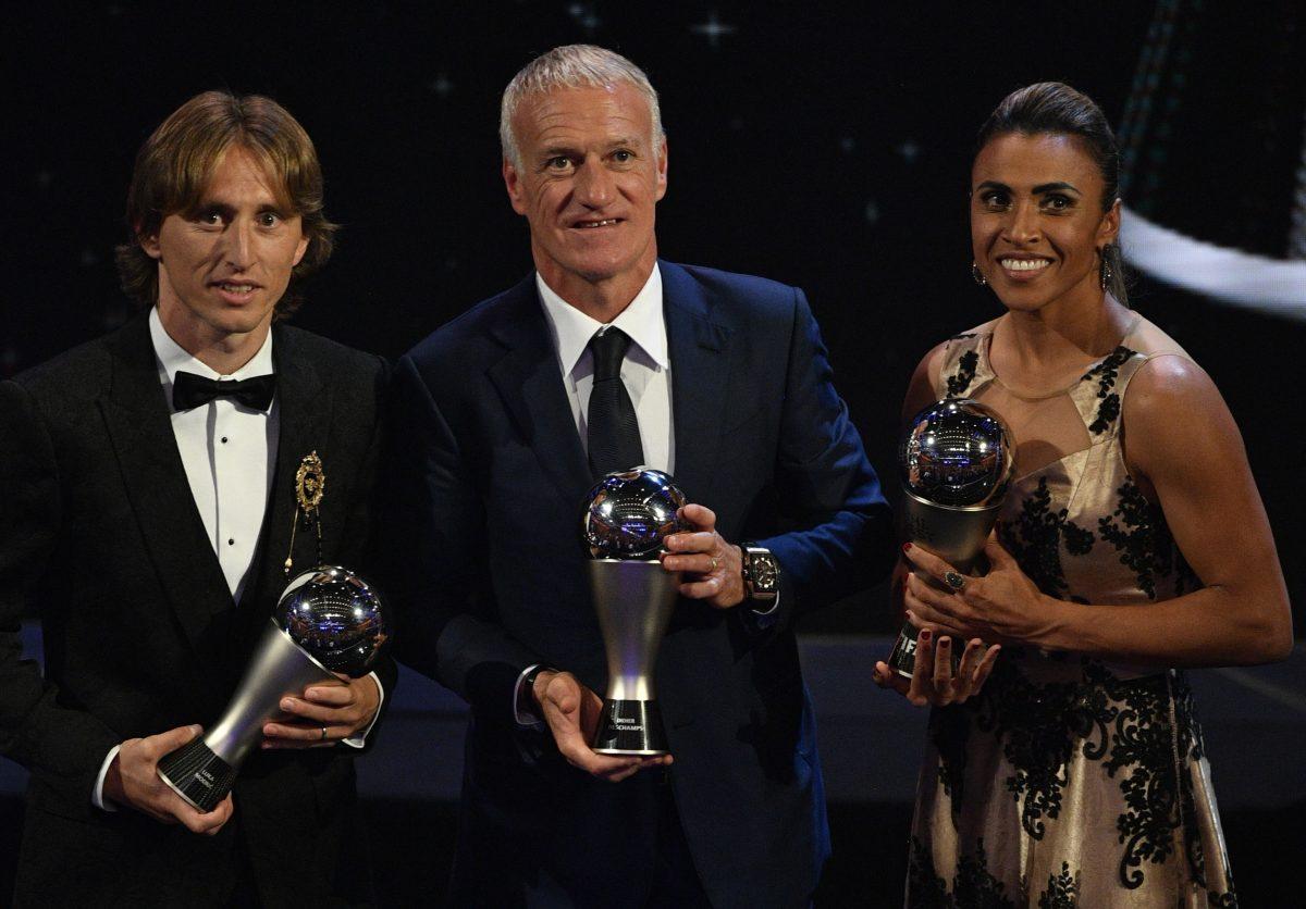 EPA8665. LONDRES (REINO UNIDO), 24/09/2018.- De izquierda a derecha: el jugador Luka Modric del Real Madrid, el técnico de la selección francesa Didier Deschamps, y la futbolista brasileña Marta, posan con sus galardones durante la entrega de premios ''FIFA the Best 2018'' hoy, lunes 24 de septiembre de 2018, en Londres (Reino Unido). EFE/Neil Hall