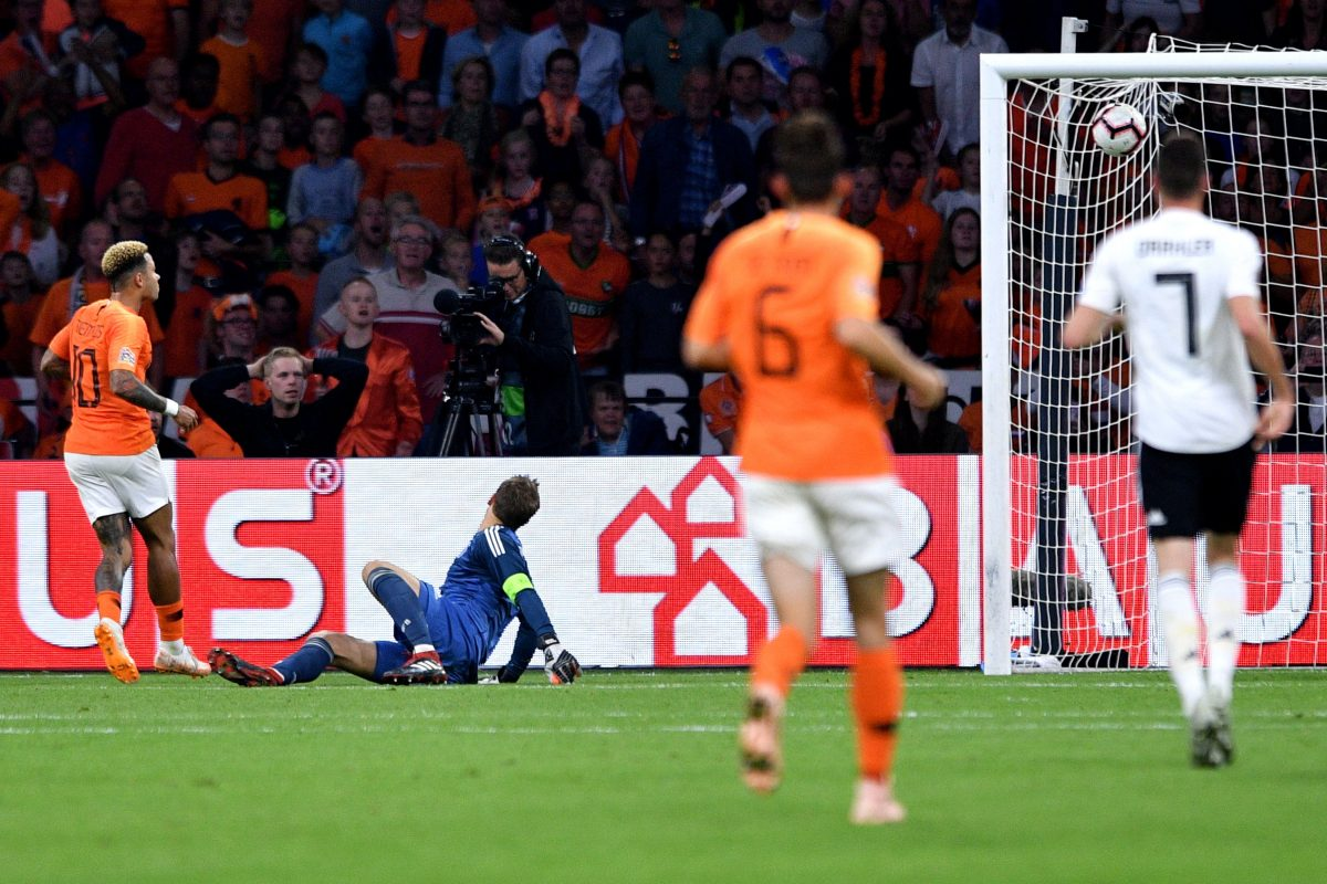 Amsterdam (Netherlands), 13/10/2018.- Netherlands' Memphis Depay (L) scores the lead against Germany's goalkeeper Manuel Neuer (2-L) during the UEFA Nations League, league A, group 1, soccer match between the Netherlands and Germany at Wildredo Pencoin Amsterdam, Netherlands, 13 October 2018. (Alemania, Países Bajos; Holanda) EFE/EPA/SASCHA STEINBACH DFB regulations prohibit any use of photographs as image sequences and/or quasi-video.