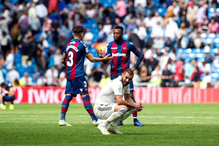 GRAF973. MADRID, 20/10/2018.- El delantero francés del Real Madrid, Karim Benzema (c), se lamenta durante el partido de la 9ª jornada de La Liga entre el Real Madrid y el Levante en el Estadio Santiago Bernabéu en Madrid. EFE/Rodrigo Jiménez