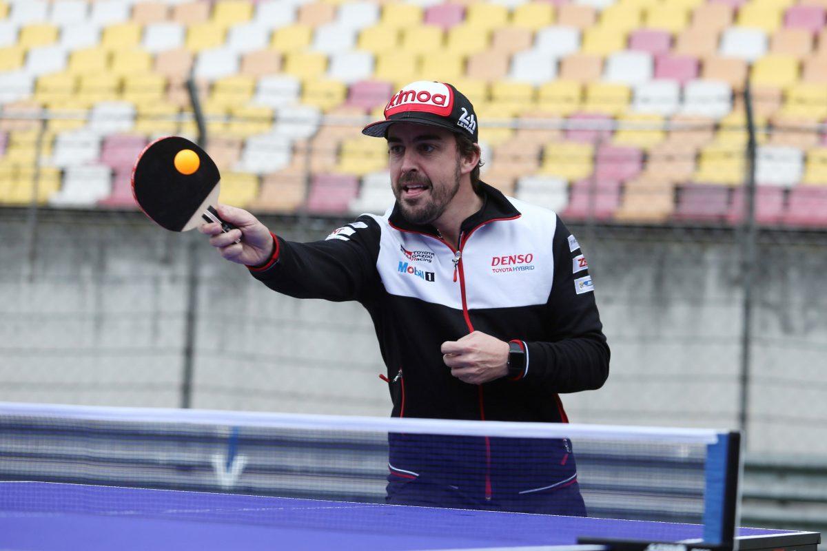 """GRAF8783. SHANGHAI (CHINA), 15/11/2018.- Fotografía facilitada por el equipo Toyota del español Fernando Alonso jugando al tenis de mesa en el circuito de Shanghái. Alonso que lidera el Mundial de Resistencia con el equipo Toyota Gazoo Racing declaró a EFE este jueves, en el marco de las Seis Horas de Shanghái, donde logró dos de sus 32 victorias en Fórmula Uno -categoría en la que es doble campeón del mundo-, que """"China siempre"""" le """"trae buenos recuerdos"""". EFE/JAMES MUY ****SOLO USO EDITORIAL**** CRÉDITO OBLIGATORIO."""