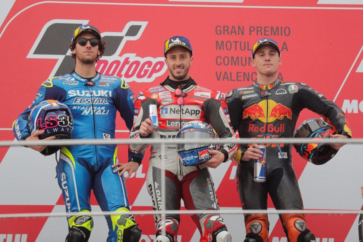 V 64 CHESTE (Comunidad Valenciana) 18/11/2018.- Los pilotos de Moto GP, Andrea Dovizioso (c), Alex Rins (i) y Pol Espargaró, 1º,2º y 3º clasificados respectivamente, en el podio del circuito Ricardo Tormo de Cheste,donde ha tenido lugar la última prueba del mundial de motociclismo. EFE/ Kai Forsterling