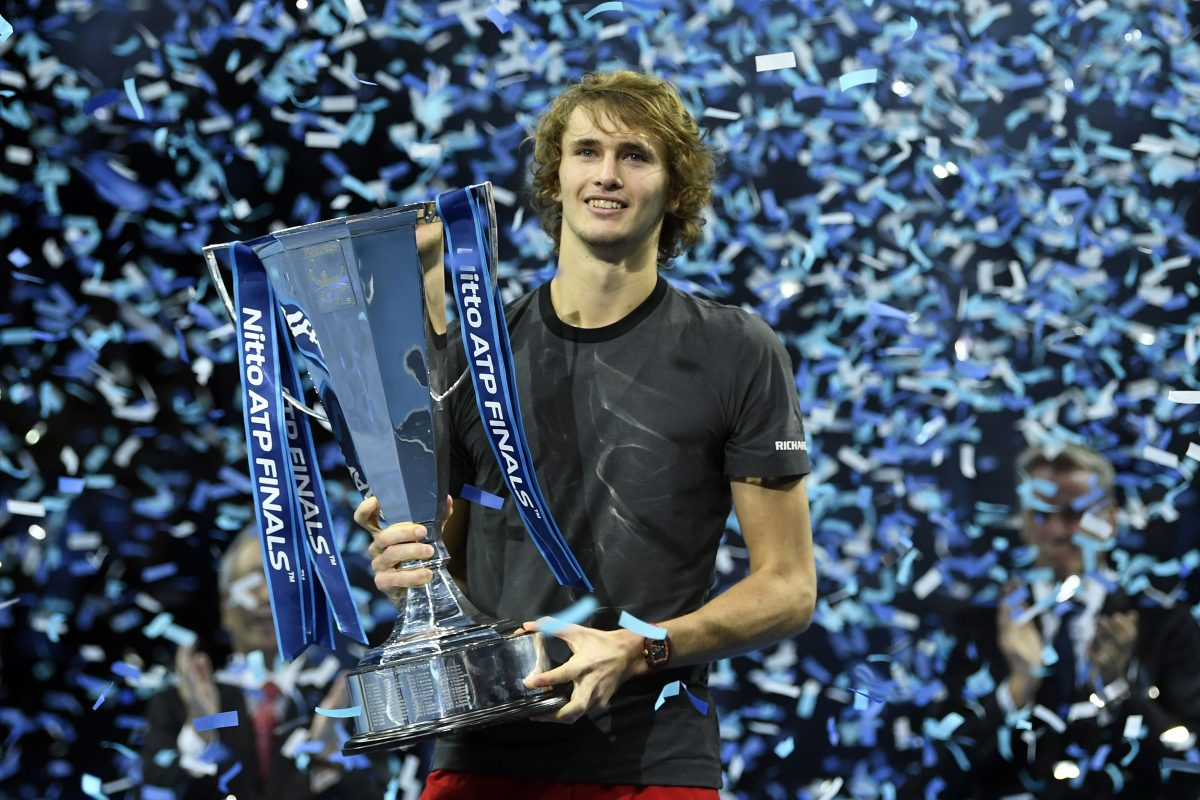WO012. London (United Kingdom), 18/11/2018.- Germany's Alexander Zverev celebrates with his trophy after beating Serbia's Novak Djokovic in their final match at the ATP World Tour Finals tennis tournament at the O2 Arena in London, Britain, 18 November 2018. (Tenis, Alemania, Londres) EFE/EPA/WILL OLIVER