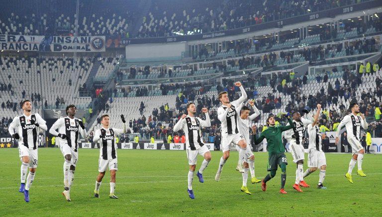 EPA254. TURIN (ITALIA), 21/01/2019.- Jugadores de Juventus celebran frente aficionados este lunes en un partido de la Serie A italiana entre Juventus FC y AC Chievo Verona en el estadio Allianz en Turín (Italia). El portugués Cristiano Ronaldo falló un penalti este lunes, pero su equipo, e Juventus, goleó 3-0 al Chievo Verona y confirmó su sólido liderato en la Serie A italiana (Primera División), con nueve puntos de ventaja sobre el Nápoles, segundo. EFE/Alessandro Di Marco