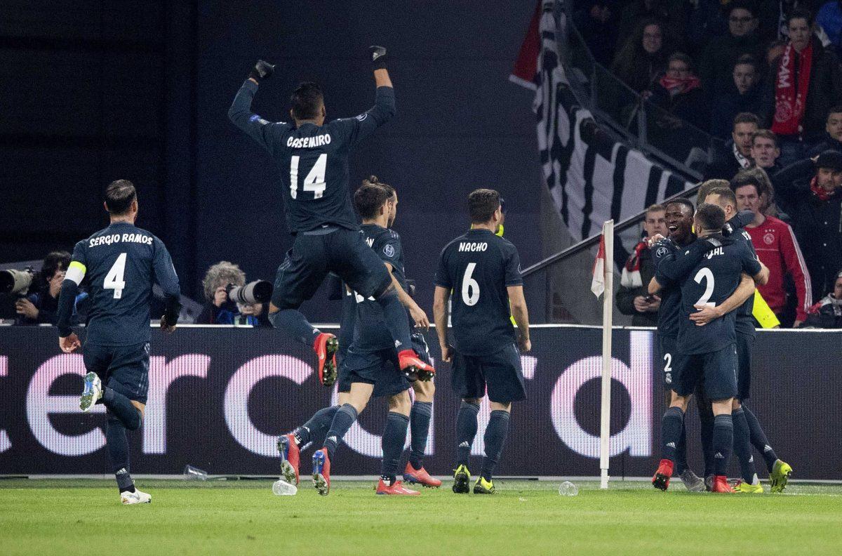 HD01. AMSTERDAM (HOLANDA), 13/02/2019.- Jugadores del Real Madrid celebran el 1-0 anotado por Karim Benzema durante el partido de ida por los octavos de final de la Liga de Campeones de la UEFA entre el Ajax Amsterdam y el Real Madrid, este miércoles, en Amsterdam (Holanda). EFE/Olaf Kraak