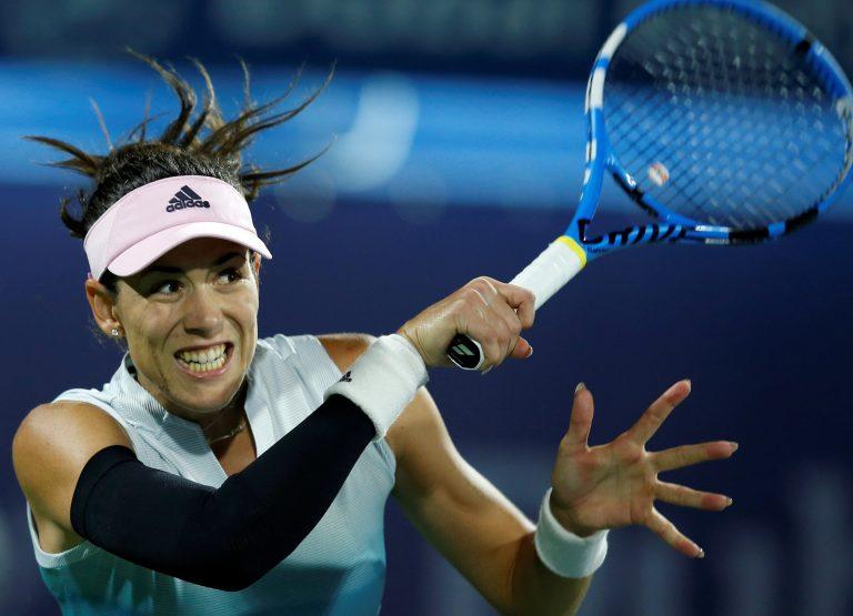 XAH033. DUBAI, 17/02/2019. La española Garbiñe Muguruza se vengó y apartó de su camino a una difícil rival, la ucraniana Dayana Yastremska, 34 del mundo, en su debut en el torneo de Dubai, a quien venció por 4-6, 6-3 y 6-3. EFE/ALI HAIDER