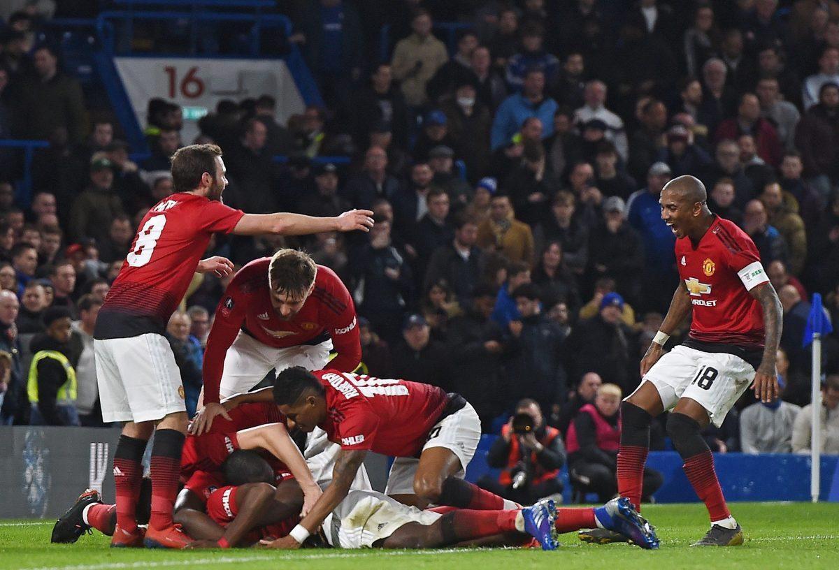 """ARA1. LONDRES (REINO UNIDO), 18/02/2019.-Paul Pogba del Manchester United celebra con compañeros de equipo tras anotar el 2-0 este lunes durante un partido de la FA Cup entre el Chelsea FC y el Manchester United, en Londres (Reino Unido). EFE/ Andy Rain SOLO USO EDITORIAL. NO UTILIZAR CON AUDIO? VIDEO? DATOS? LISTAS DE DISPOSITIVOS? LOGOTIPOS DE CLUBES / LIGAS O SERVICIOS """"EN VIVO"""" NO AUTORIZADOS. EL USO EN LÍNEA DENTRO DEL PARTIDO ESTÁ LIMITADO A 120 IMÁGENES? SIN EMULACIÓN DE VIDEO. NO UTILIZAR EN APUESTAS? JUEGOS O PUBLICACIONES INDIVIDUALES DE CLUBES / LIGAS / JUGADORES."""